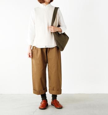 厚みのあるチノ素材は、気になるボディラインを隠しながらも、すっきりとした印象を与えてくれます。裾をロールアップすると軽やかな着こなしになります。