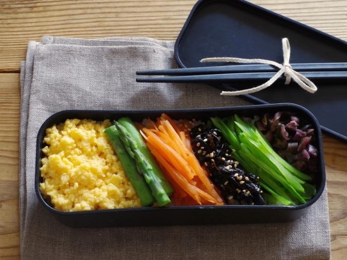 野菜のスライスや昆布の佃煮などをごはんにのせた彩り弁当。細長なら盛り付けもコンパクト。常備菜や漬物などをプラスするだけで、色数も増えて味わいや食感の変化も楽しめますね。カラフルな具材を選ぶと見た目も楽しめるお弁当になりますよ。