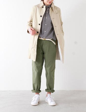 カジュアルなチノパンにカッチリめのコートとシャツを合わせたトラッド風コーディネート。裾をロールアップ+スニーカーで抜け感のある着こなしに。