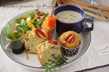 野菜やスープなどと一緒にプレートにのせると、まるでカフェで頂くワンプレートみたい!甘いマフィンもいいですが、たまにはおかずマフィンでカフェ気分を味わってみませんか♪
