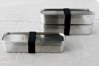 工房アイザワの「角長ランチボックス」。スリム型なのでビジネスバッグにもコンパクトに収まります。素材がステンレスなのでサビにくくてお手入れも簡単なのが嬉しいポイントですね。