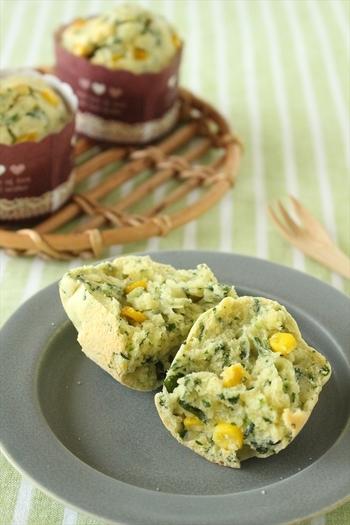 バターは使わずにオリーブオイルで作る、甘さ控えめのおかずマフィン。ほうれん草の緑色とコーンの黄色で彩りよく、食卓をパッと明るくしてくれます♪