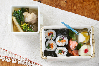 また、汁気のあるものと無いもので、お弁当の素材を使い分けるアイデアも◎煮物はGEL-COOLランチボックスに、海苔巻きは通気性の良い鳥越竹細工の竹かご弁当箱に入れて。