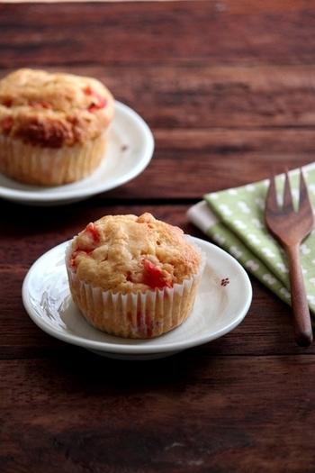 真っ赤に熟したトマトを使って、ふんわり軽いおかずマフィンはいかがでしょう!たっぷりのトマトがフルーツみたいな美味しさで、おやつにも朝ごはんにもぴったりです。
