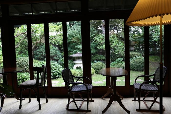 どんな疲れもとってくれるような、癒しの空間。築75年の時の厚みを感じられます。 外の明るさと、室内のくらさのコントラストが何とも言えない風情のある景色です。