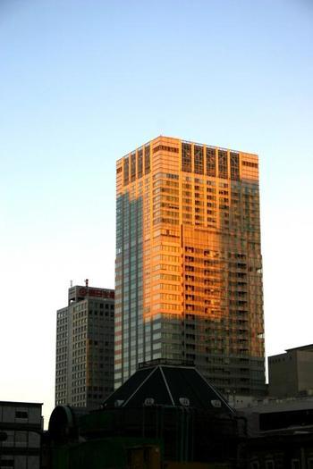 東京駅のすぐ裏手に位置する高層ホテル、ホテルメトロポリタン丸の内。その27階、地上から約120メートルに位置する都心を見下ろせるレストランTENQOO(テンクウ)をご紹介します。