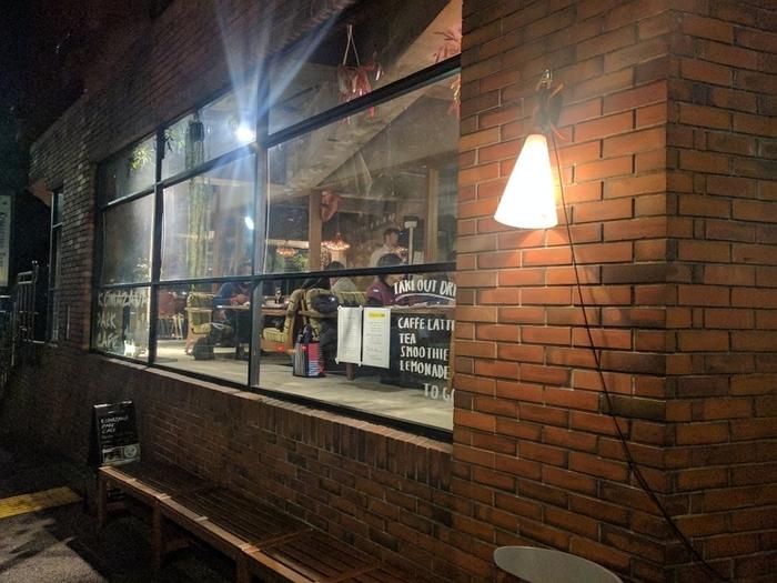 駒沢大学駅から徒歩15分ほどで、駒沢オリンピック公園の目の前にあります。煉瓦調の外観に大きな窓が目印です。ランチやディナーはもちろん、モーニングもあるカフェです。