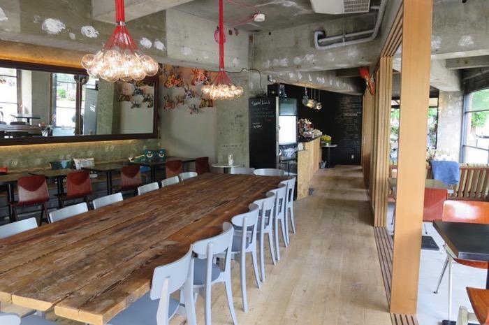 店内は広々していて、大きなテーブルを中心にリラックスできる空間となっています。