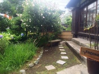 お庭も手入れがくまなくされており、大変美しい。お庭の覗き見も忘れずに。
