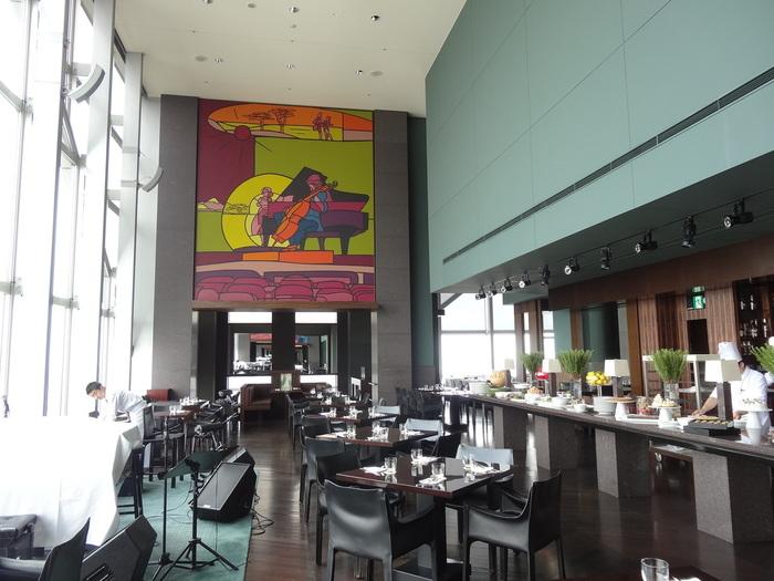 52階にあるニューヨークグリルは、前菜とデザートがビュッフェスタイルです。高層階からの眺めも非日常を味わえます。