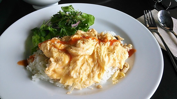 ランチは日替わりメニューもあります。こちらは「ガパオライス+スクランブルエッグのっけwithパクチーサラダ」です。
