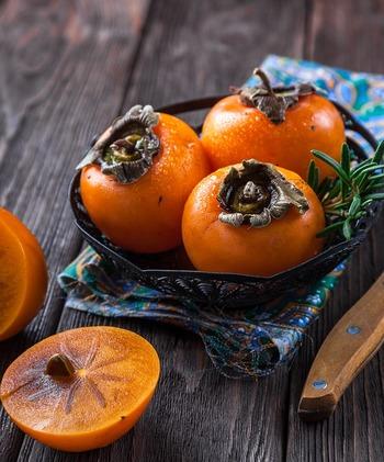 柿は栄養豊富。  「柿が赤くなると、医者が青くなる」とも云われるほど。  10月から12月が旬ですから、この季節はたっぷり頂きましょう。かための柿の方がサラダには向きます。