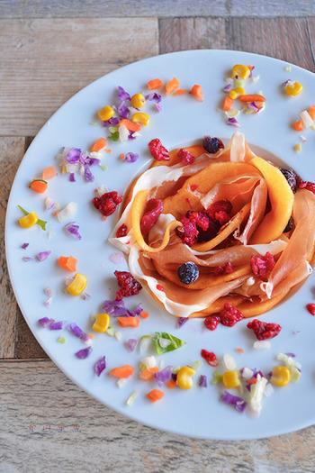 フルーツと生ハムの相性はどれも◎。薄くスライスした柿を使って、生ハムと一緒に巻き込みながら重ねていきます♪盛り付けの工夫でこんなにもハッピーな演出も出来るんです♪ホームパーティーやお祝いメニューにもいいですね。