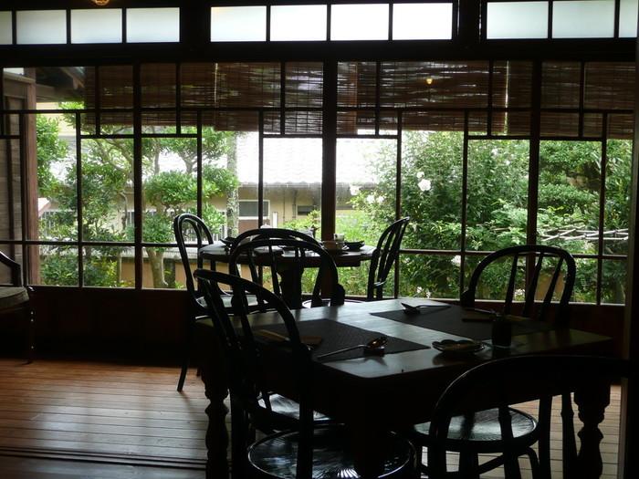 席数が多い事も人気のひとつです。  ガラス扉をじっくり見てみると、かつての日本の拘りや美学までも感じられる造りになっています。 細部にわたり細やかさが現れており、心から日本を感じられますね。