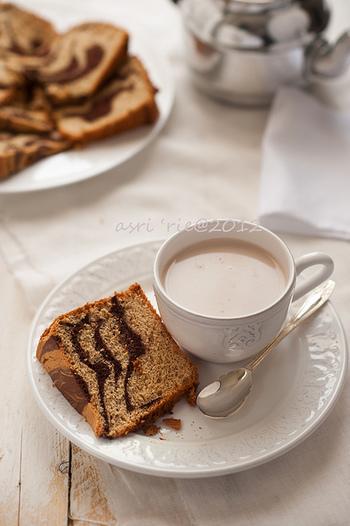 生地に細かく砕いた紅茶の茶葉を加えれば『紅茶シフォンケーキ』。 濃く淹れたコーヒーを加えれば『コーヒーシフォンケーキ』。 といった具合に色々なフレーバーを楽しむことが出来るのが、シフォンケーキのいいところ。