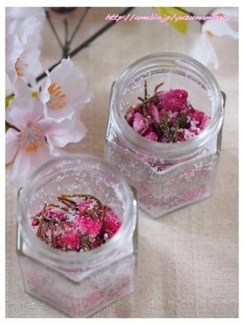 冷蔵庫で約1年保存ができる桜の花の塩漬けレシピです。とても簡単に作ることが出来ますよ。瓶にたくさん作っておけば、お料理のアクセントや飾りなどにも使えて便利です。このレシピでは、レモン汁、米酢とご紹介してくれています。お好みのタイプを試してみてくださいね。
