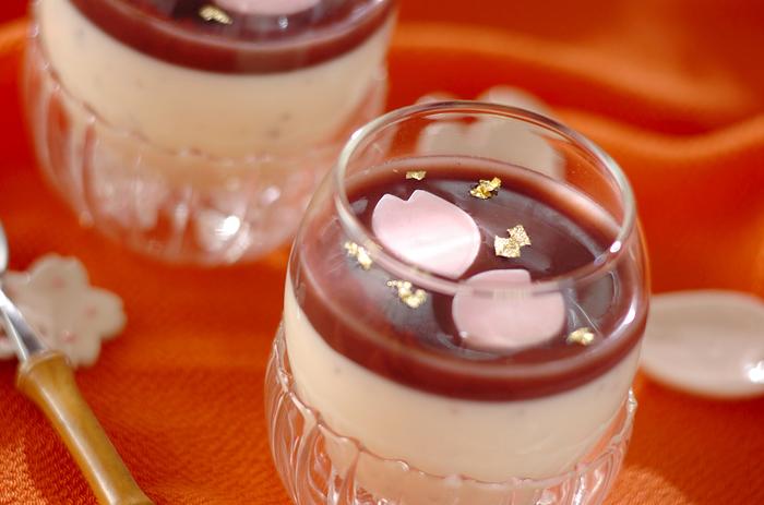 材料を混ぜて冷蔵庫で冷やして作る桜パンナコッタ。桜の塩漬けと乳製品の相性もばっちり。花びら型のチョコや金粉も散らしてリッチな気分で味わいたいですね。