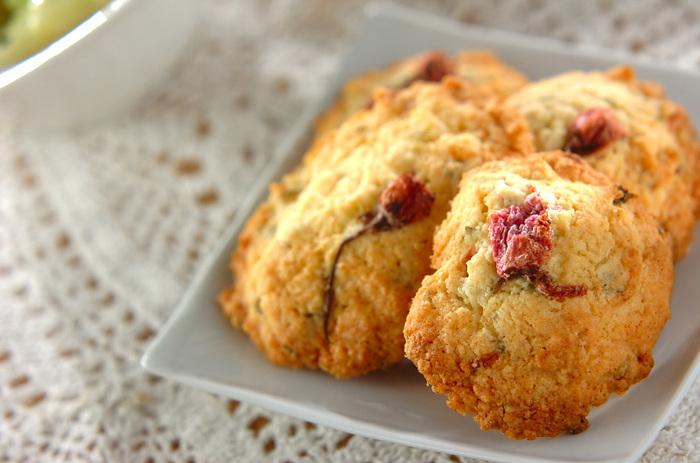 桜の塩漬けと、桜の葉の塩漬けも生地に混ぜ込んだ、桜を存分に堪能できる桜のクッキー。プレゼントにも喜ばれますよ。