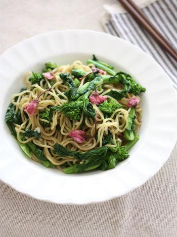 菜の花の緑と、桜の塩漬けのピンクのコントラストが美しい、春を堪能できる塩焼きそばレシピ。ごま油と塩の味付けでとってもシンプルなので、素材の味をしっかり味わうことが出来ます。みんなが集まるときに作りたいレシピですね。