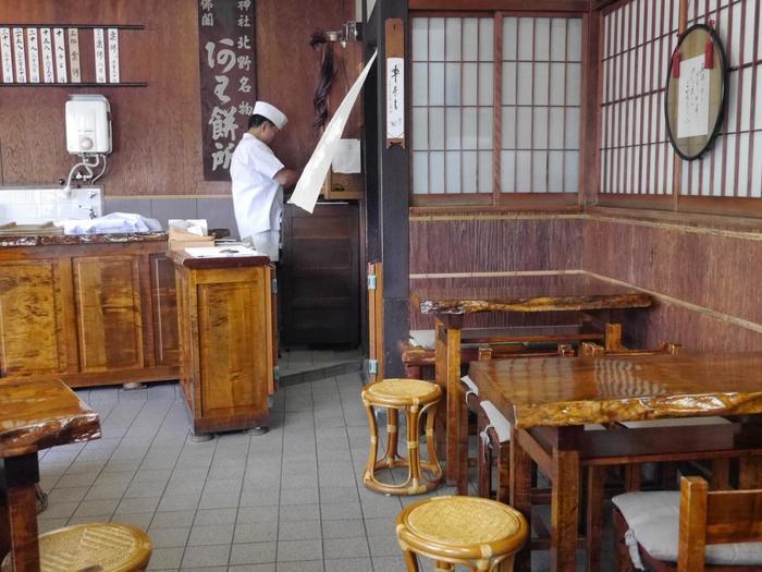 粟餅所・澤屋は、天和2(1682)年の創業以来、北野天満宮の門前で300年以上も茶店を営む名店。名物は何と言っても、搗きたての粟餅。いつ訪れても、温かく柔らかな粟餅が頂けます。
