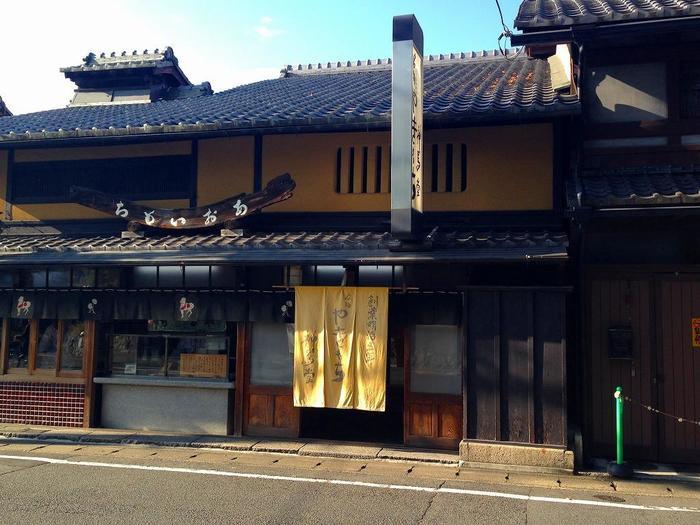 """上賀茂神社前の「神馬堂(じんばどう)」は、""""焼き餅""""で知られる明治5(1872)年創業の老舗店。"""