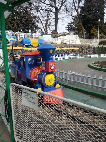「るなぱあく」のコンセプトは、「日本一なつかしい遊園地」。その名の通り園内には、レトロあふれる乗り物があふれています。ちなみに「るなぱあく」も、入場料無料。