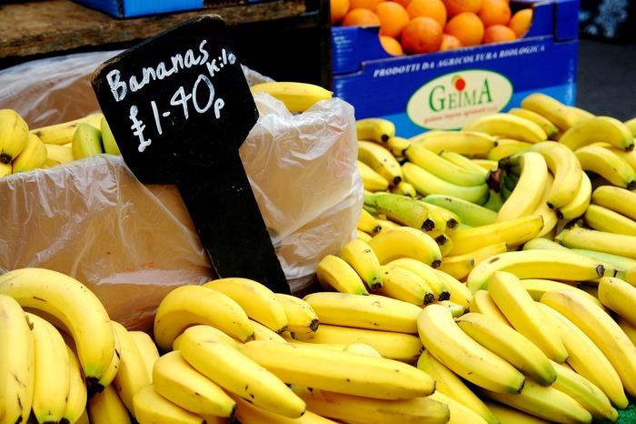 いつでも手に入る果物といえば、バナナ。  安価で簡単に剥いて食べられるバナナは、栄養価も高くエネルギーチャージにもってこいの果物。  そのまま食べるのも良いですが、バナナと酸味のあるドレッシングやマヨネーズは、意外なほど合うものです。  ぜひ以下レシピを参考にして、バナナ入りのサラダに挑戦してみて下さい。