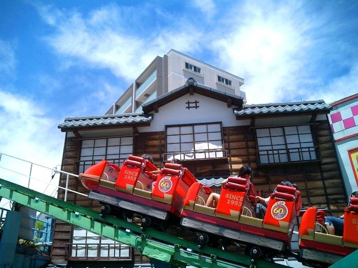 花やしきのもう一つのシンボルが、日本に残存するジェットコースターの中で、最も古いと言われる「ローラーコースター」。時速は、たったの42km。車なら、のろのろ運転です!ちなみに「浅草花やしき」の入場料は、大人1,000円となっています。