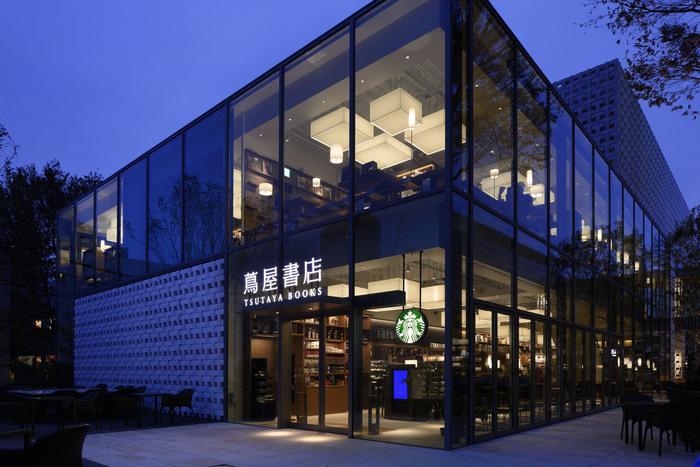 大人のためのTSUTAYAとして人気の代官山T-SITE内にも、建築、車、鉄道、映画、音楽、文芸など、いろいろなジャンルの本とコーヒーが楽しめるラウンジ『Anjin』があります。