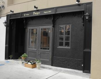 パリの街角を思わせるような、おしゃれなお店の外観。