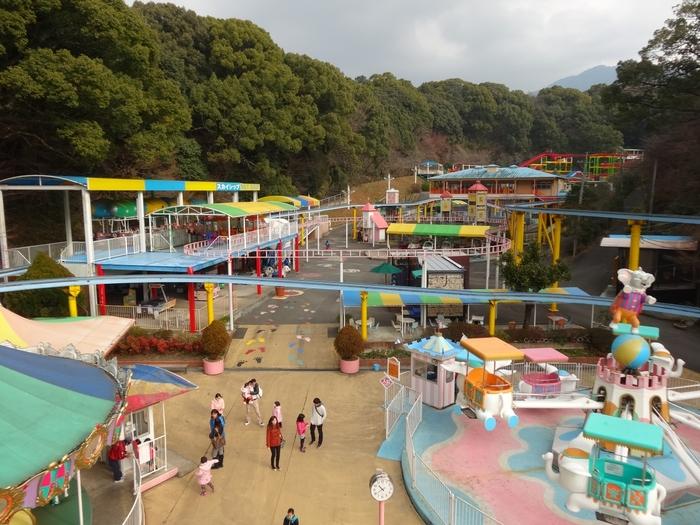 「だざいふ遊園地」は、学問の神様として有名な「太宰府天満宮」のそばにある遊園地。1957年にオープンした昭和レトロな遊園地です。