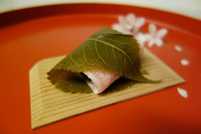 季節感溢れ、見目麗しい「嘯月」の上生菓子は、味わいも上品で格別。古都ならではの繊細な味わいが楽しめる逸品です。 【「嘯月」の桜餅は関東風でも、京都ならではの繊細な味わいです。小豆餡は甘さ控えめで、舌触りも滑らかと評判。】