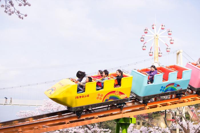 アトラクションは、四国まで見渡せる「サイクルモノレール」や、昔ながらの「ジェットコースター」など10種類以上。昭和レトロな遊園地らしく、全体的にカラフルなのが特徴です。