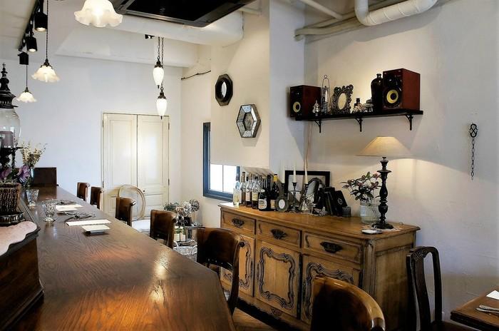 アンティーク調の家具の中にも、気軽なレストランの雰囲気を兼ね合わせていて、ゆったり過ごせる時間を提供しています。