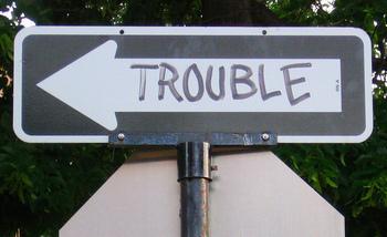 やっかいごとに巻き込まれてしまったときは「I'm in deep trouble/ I'm having trouble.(トラブルに巻き込まれてしまった。)」と表現します。