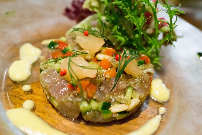 炙りとびうおとたっぷり野菜のタルタル ガスパチョのソース。鮮やかな盛り付けが美しいですね。