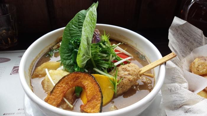 スープカレーに似た味わいの「スープスパイス」。自家農場の新鮮野菜をふんだんに使ったひと皿に、素材のチカラを実感。