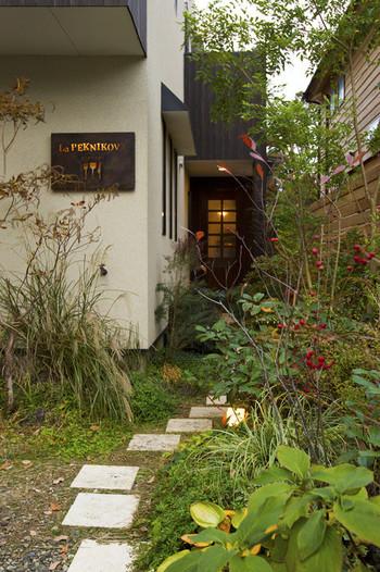 なんと、こんな一軒家風のエントランスの奥に入り口があります!  北鎌倉の小さなビストロで、鎌倉のお野菜と地魚にこだわりシンプルなフランス料理を提供しています。席はたった12席、さらにディナーは1日2組だけ。だからこそ、目の行き届いたサービスとお料理がいただけます。一軒家風の建物と大きな窓からの緑も食事の美味しさを引き立ててくれているのがこちらのビストロの特徴です。