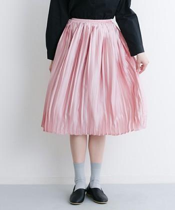 光沢感が上品なミモレ丈のプリーツスカートに、ブラックのトップスをイン。モノトーンコーデが多かった冬コーデに1色プラスしてあげるだけでこんなに華やかな春コーデに早変わりです。
