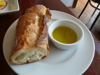 ランチのパンは無くなると、おかわりを訊いてくれます。