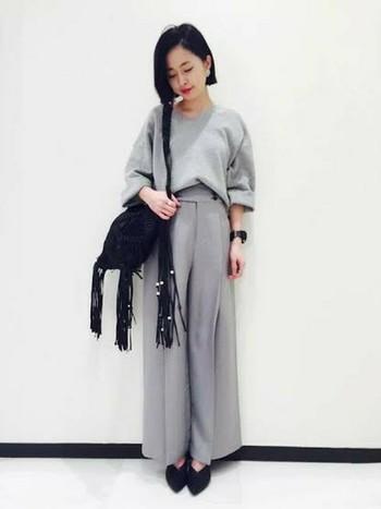 カラーを淡いグレーで合わせたまるでセットアップのようなコーデ。存在感のあるバッグとブラックの小物使いで、メリハリのある着こなしになります。
