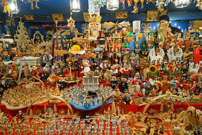 """ニュルンベルクのクリスマスマーケットはいかがでしたか。  キリスト教徒でなくても、どこか浮足立ってしまうのが""""Christmas""""。どうせ浮足立つのなら、思い切ってドイツ・ニュルンベルクへ飛んで、身体ごと全部""""Christmas""""に浸りきるというのも面白いかもしれません。  歴史的建造物や美術品の数々を眺めるのも、その国の文化を知るには良いものですが、伝統行事にはその国の文化の過去と現在がぎゅっと詰まっています。  静かに文化財を観て廻るよりも、その国を知るには、こうした伝統行事に参加した方が良いかもしれません。  ニュルンベルクのクリスマスマーケット。一度は足を運んでみる価値があるはずです。"""