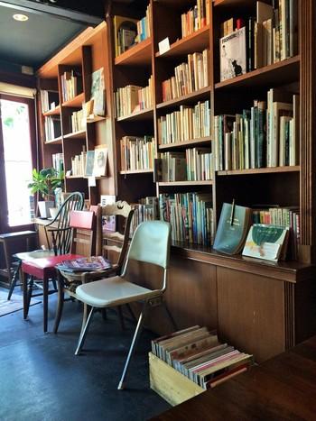 入口入ってすぐの本棚には、お店の名前になっている「HEIMAT=心の郷愁」をテーマにセレクトされた本が1000冊ほど並んでいます。 毎月第2、第4水曜日の夕方からはガレージセールも行われているので、それを目的に行ってもいいですね。
