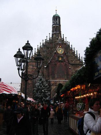 (画像は、メイン会場の中央広場。奥の教会は《ブラウエン教会》。ニュルンベルクのシンボルの一つ。)