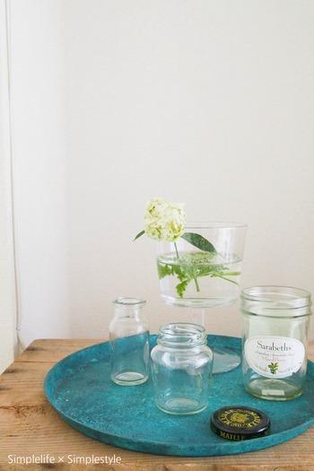 アレンジメントをするからといって、わざわざ花器を買う必要はありません。空いたボトルや缶、グラスなど、身の周りにあるものを使ってさらりと生ける方がカッコイイ!