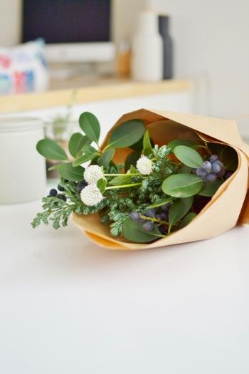 お花を生けるって、なんだか難しそうに思われるかもしれませんが、そんなことはありません。基本さえ知っていれば、誰でも簡単にセンスのいいアレンジメントが楽しめますよ。