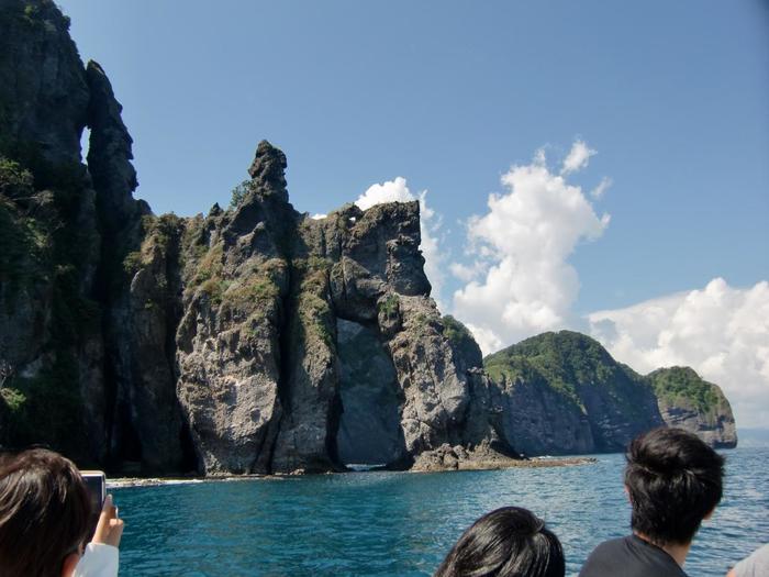 「赤岩」「つるかけ岩」「窓岩」などの名がつけられた、奇岩が織りなす光景を堪能しながら船は進みます。