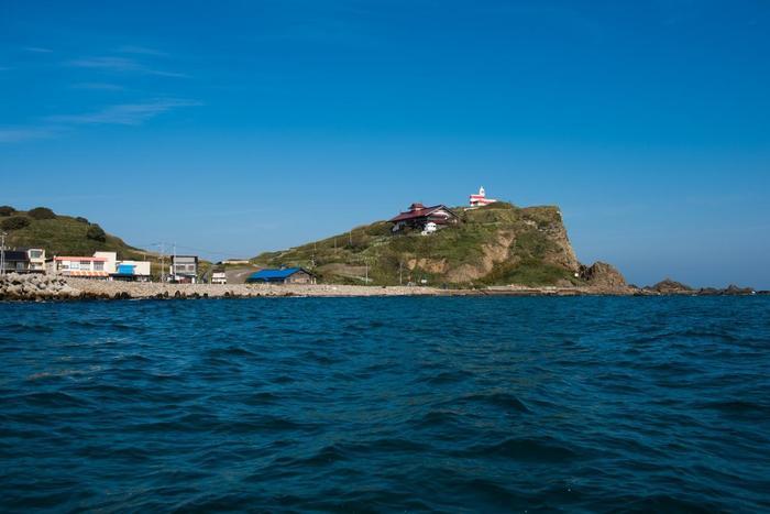 祝津港をあとに、出港!崖の上に鰊御殿と日和山灯台。左手には海辺のグルメスポット「青塚食堂」も見えています。