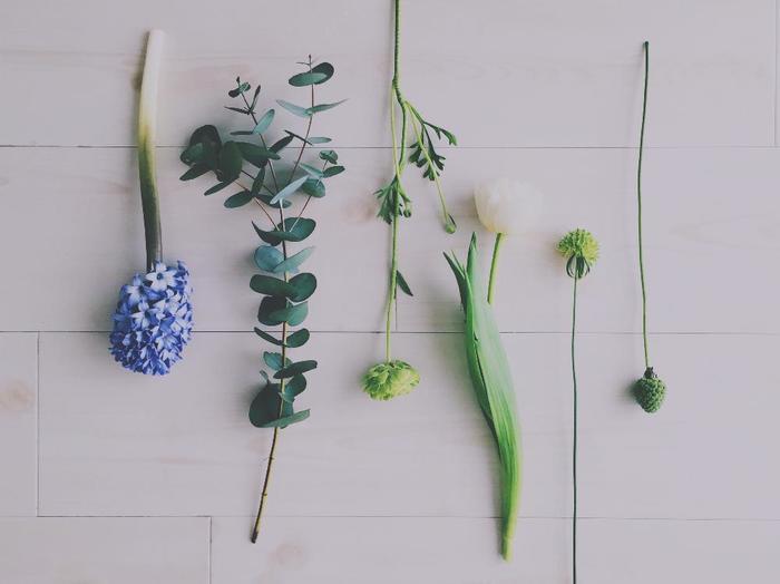 そこでまず葉っぱを漉いて、出て行く水を減らします。しおれた花や小さな蕾も、適度に取ってスッキリと。また水に浸かる部分の葉も、すべて取り除いてください。これで準備はバッチリです!