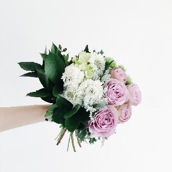 ついいろんな花を使いたくなりますが、慣れないうちは1種類、多くても3種類くらいの方がまとまりやすくなります。またカラーも、はじめは同色系を選ぶ方が無難です。